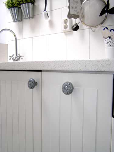 Oude Slaapkamerkast : ... deurbeslag, porseleinen kastknoppen, grepen ...